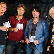 NLD/Volendam/20120127 - CD Presentatie 3J's - 4 Elements, Boudewijn de Groot overhandigt cd aan de 3J's