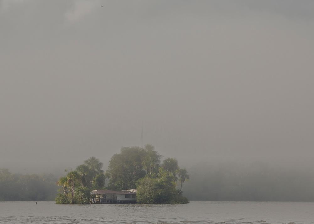 """Brésil, Amapa.<br />   <br /> Ilha do sol, """"l'ile du soleil"""". D'un cote de l'ile la Guyane, de l'autre le Bresil."""
