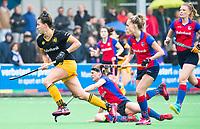 BILTHOVEN  - Hockey -  1e wedstrijd Play Offs dames. SCHC-Den Bosch (0-1). Frederique Matla (Den Bosch) passeert Carlien Dirkse van den Heuvel (SCHC) . rechts Famke Richardson (SCHC). COPYRIGHT KOEN SUYK