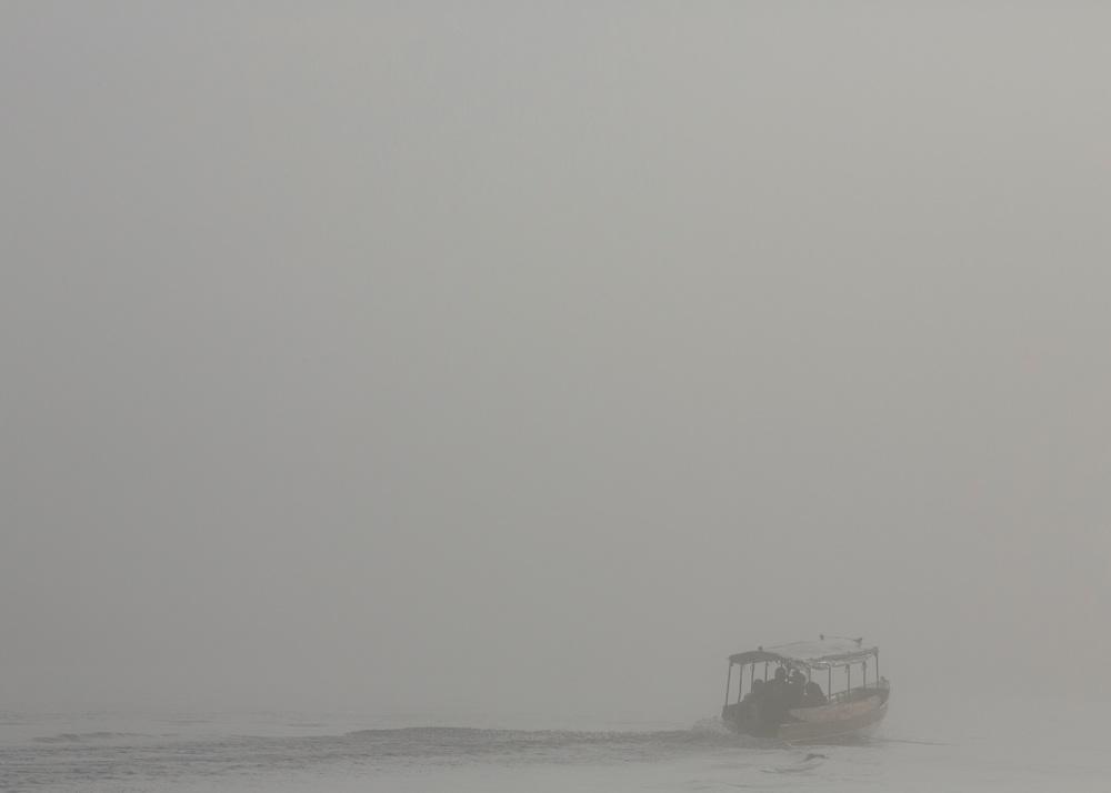Saint-Georges de l'Oyapock, Guyane, 2015. <br /> <br /> Départ des premières pirogues d'écoliers.<br /> Le fleuve est un bassin de vie pour ses riverains qui admettent difficilement les réalités de la frontière. Cent cinquante piroguiers vivent du transport fluvial entre les rives guyanaise et brésilienne de l'Oyapock. Ils assurent sans discontinuer la traversée des enfants brésiliens scolarisés à Saint-Georges, des enseignants français qui habitent sur la rive brésilienne, des brésiliens qui viennent acheter du pain à Saint-Georges, des guyanais qui vont s'approvisionner à Oiapoque, des brésiliennes en quête de compagnie et des français en quête de brésiliennes.