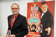 """DVD presentatie """"De Rob de Nijs Shows"""".Op deze dvd staan de 3 bewaard gebleven tv-shows met dezelfde naam. In de periode 1964-1966 maakte Rob de Nijs deze TV-shows voor de Vara .<br /> <br /> Op de foto:  Rob de Nijs"""