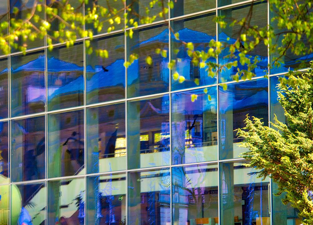 Odbicie Starego Domu Zdrojowego w oknach Pijalni  Głównej<br /> przy Deptaku w centrum Krynicy.