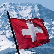 Schweizer Fahne. Im Hintergrund der Lauterbrunnen Breithorn