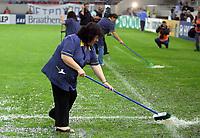 Fotball , 7. oktober 2006 , EM-kvalifisering , Hellas - Norge , <br /> Greece - Norway 0-1<br /> Euro Qual.<br /> Banen skyfles for vann , gressmatte ,  overvann , kampen måtte utsettes på grunn av et voldsomt regnvær