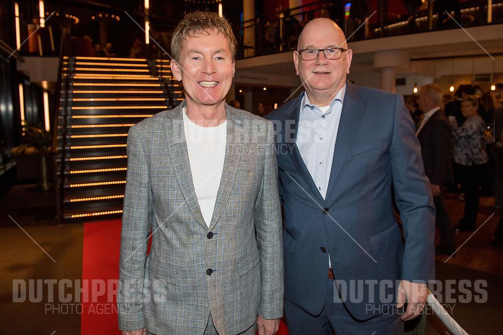 Hans Cornelissen en Ruud de Graaf tijdens de premiere van Karin Bloemen Souvenirs in het Zaantheater in Zaandam.
