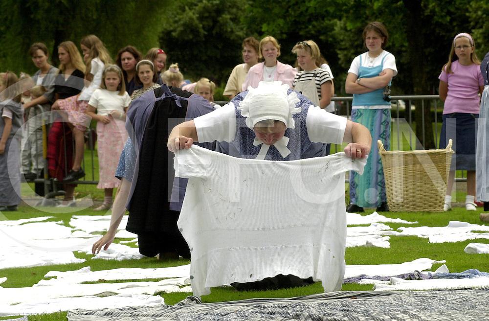 fotografie frank uijlenbroek©2001 frank uijlenbroek.010716 rijssen ned.Bleken van de was op de oude bleekwiede de Weijerd..Pappen en nat houden op de bleekweide. Het draaien van de was(foto).