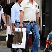 NLD/Amsterdam/20070825 - Gordon Heuckenroth en vriendje winkelend in de PC Hoofdstraat Amsterdam