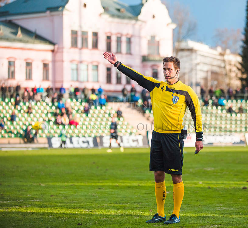 Erotuomari Jani Laaksonen Veikkausliigan ottelussa FC Lahti-IFK Mariehamn. Kisapuisto, Lahti, Suomi. 23.4.2015.