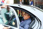 Marcelo Rebelo de Sousa, ladeado por Manuel Augusto, Ministro das Relações Exteriores de Angola, à saida do aeroporto 4 de Fevereiro em Luanda. O Presidente português efectua uma visita de estado a Angola de 5 a 9 de Março