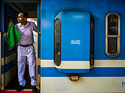 06 OCTOBER 2017 - COLOMBO, SRI LANKA: Commuters get off and on trains in the main train station in Colombo.      PHOTO BY JACK KURTZ