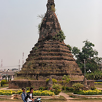 That Dam, which means black Stupa, is located in the middle of a roundabout in <br /> Vientiane, the capital of Laos.