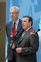 26 MAY 2003, BERLIN/GERMANY:<br /> Henning Scherf (L), SPD, 1. Buegermeister Bremen, und Gerhard Schroeder (R), SPD, Bundeskanzler, waehrend einem Pressestatement zum Ergebnis der Senatswahl im Bremen am Vortag, Willy-Brandt-Haus<br /> IMAGE: 20030526-01-012<br /> KEYWORDS: Gerhard Schröder, Bürgermeister