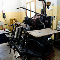 Central America, Cuba, Caibarien. Old American manufactured printing press equipment in use and functioning in Cuba.
