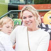 NLD/Amsterdam/20170802 - Premiere De Emoji film, Myrthe Mylius en zoon Jack