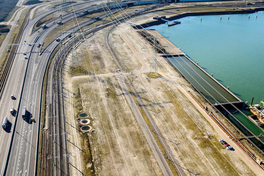 Nederland, Zuid-Holland, Rotterdam, 18-02-2015; Euopaweg buigt af naar de Maasvlakte. Infrabundel van autosnelweg N15, spoorweg (Betuweroute) en hoogspanningsleidingen. <br /> New and man-made land in the North sea <br /> designated for the Port of Rotterdam. Infrastructure bundle: motorway, railway (Betuweroute) and power lines.<br /> luchtfoto (toeslag op standard tarieven);<br /> aerial photo (additional fee required);<br /> copyright foto/photo Siebe Swart