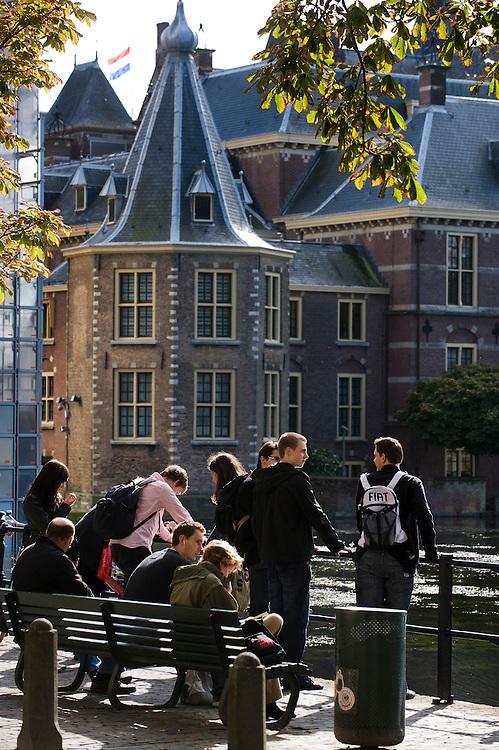 Nederland, den haag, 8 okt  2009.Het Torentje, de werkkamer van de minister-president. Met jongeren, waarschijnlijk vanwege een studiereisjes in den Haag..Foto (c) Michiel Wijnbergh