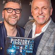 NLD/Amsterdam/20171016 - Boekpresentatie PicStory van William Rutten, William krijgt 1e exemplaar van  Gordon Heuckeroth overhandigd