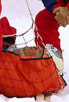 Alpint: 08.12.2001 Val d'Isere, Frankreich Frankrike, <br />Pistenarbeiter bergen den verungluckten Schweizer Silvano Beltrametti nach seinem Sturz am Samstag .<br /><br />Foto: Digitalsport