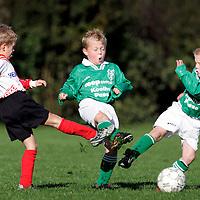 Nederland, Pesse, 09 oktober 2004.<br /> Voetbal, Pupillen-F.<br /> Tijd : 10.11 uur<br /> Foto:Klaas Jan van der Weij.