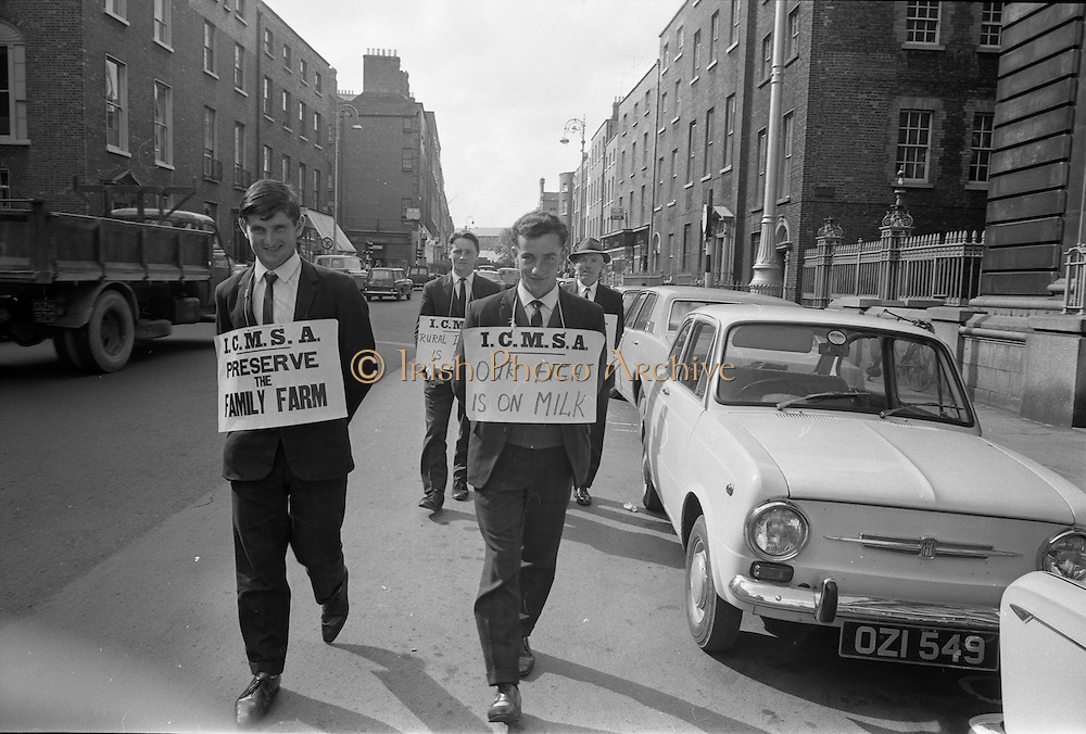 17/09/1968<br /> 09/17/1968<br /> 17 September 1968<br /> ICMSA pickets outside Government Buildings, Merrion Street, Dublin. Picture shows Irish Creamery Milk Suppliers Association pickets from Ballylanders, Co. Limerick: Liam Dinneen; Sam Upton; Patrick O'Donnell and Charles Bailey.