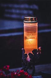 THEMENBILD - Allerheiligen und Allerseelen - brennende Gedenkkerze auf einem Grab. Am 1. November, gedenken Katholiken- aller Menschen, die in der Kirche als Heilige verehrt werden. Das Fest Allerseelen am darauf folgenden 2. November, ist dem Gedaechtnis aller Verstorbenen gewidmet, aufgenommen am 18. Oktober 2018, Ort, Österreich // All Saints 'Day and All Souls' Day - memorial candle on a grave. On November 1, Catholics commemorate all people worshiped as saints in the Church. The feast of All Souls on the following 2nd of November, is dedicated to the memory of all the deceased on 2018/10/18, Ort, Austria. EXPA Pictures © 2018, PhotoCredit: EXPA/ Stefanie Oberhauser