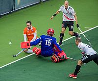 AMSTELVEEN - drukte voor het doel van keeper Philip van Leeuwen (Adam)    tijdens de hoofdklasse competitiewedstrijd hockey mannen, Amsterdam-Bloemendaal (1-2)  , links Martijn van Grimbergen (Bldaal) . , rechts Justin Reid-Ross (Adam) COPYRIGHT KOEN SUYK