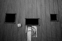 """Quì, da questi buchi misteriosi, nasceva un film. Il raggio luminoso proiettava il film fin dentro la sala. Questa foto è stata scattata dentro il vecchio cinema abbandonato """"Massimo"""", di Lizzano (Ta)."""