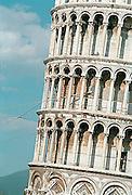 Italië, Pisa, augustus 2000De toren van Pisa wordt in haar omvallen gestuit door in de grond verankerde kabels.Foto: Flip Franssen