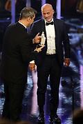 """Dr. Markus Söder (Ministerpräsident von Bayern) übergibt Heiner Lauterbach (Preisträger """"Ehrenpreis des Bayerischen Ministerpräsidenten"""") den «Pierrot». Verleihung 41. Bayerischer Filmpreis 2019 am 17.01.2020 im Prinzregententheater München."""