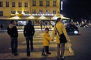 Frankrijk, Parijs, 28-3-2010Op straat in het Quartier Latin bij de boulevard Saint Michel bij avond. Exterieur.Foto: Flip Franssen/Hollandse Hoogte