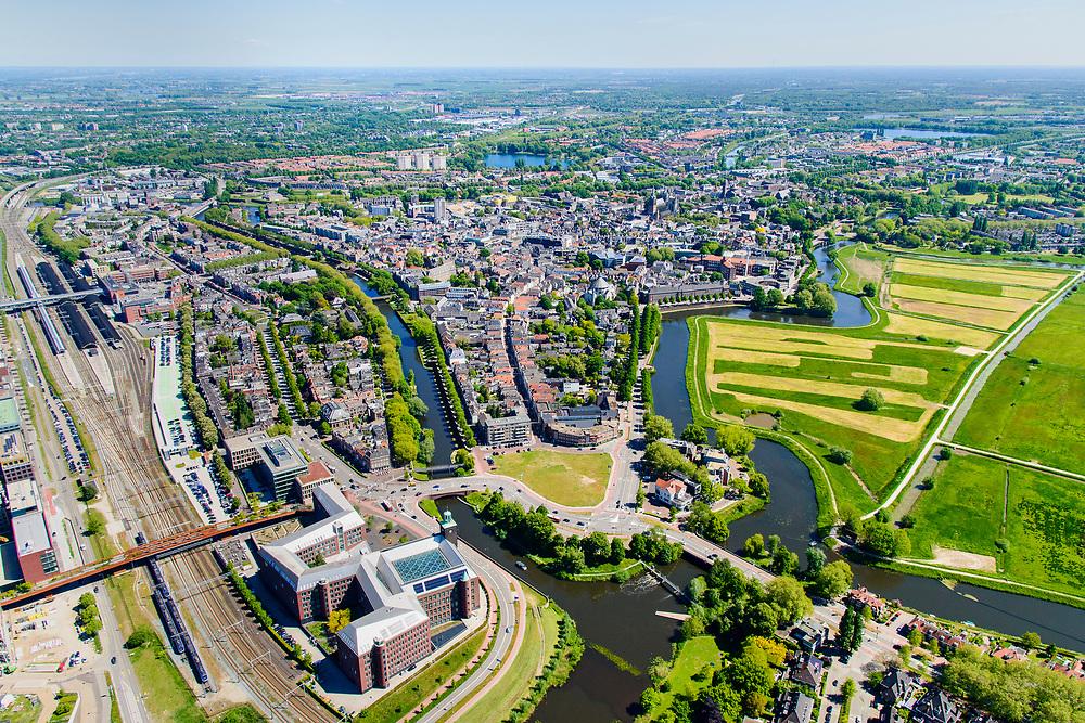 Nederland, Noord-Brabant, Den Bosch, 13-05-2019; 's-Hertogenbosch gezien vanuit de Bossche Broek. Links de rivier de Dommel,  met in de voorgrond Bastion Vught. Naar rechts de Singelgracht met Bastion Oranje. Geheel links het NS station.<br /> 's-Hertogenbosch seen from the Bossche Broek, nature reserve south of the city .<br /> luchtfoto (toeslag op standard tarieven);<br /> aerial photo (additional fee required);<br /> copyright foto/photo Siebe Swart