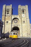 portugal - Lisbonne - Tramway N°28 devant la Cathedral Sé
