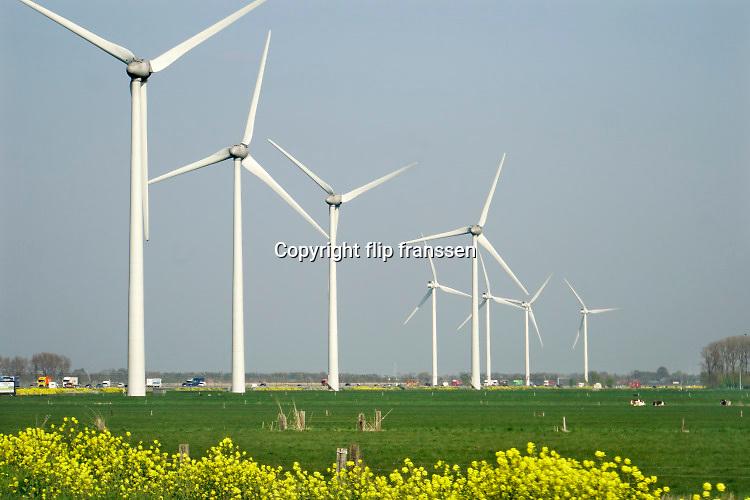 Nederland, Andelst, 15-4-2019Windmolens in een windpark langs de snelweg A15. Schone duurzame energie. Verkeer rijdend op fossiele brandstof komt erlangs. De molens staan op boerenland .Foto: Flip Franssen