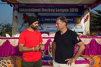 KHUNTI (Jharkhand) -  Finaledag Interschool Hockey League 2016. ONE MILLION HOCKEY LEGS  is een project , geïnitieerd door de Nederlandse- en Indiase overheid, met het doel om trainers en coaches op te leiden en  500.000 kinderen in India te laten hockeyen.  Ex international Floris Jan Bovelander (r)  is een van de oprichters en het gezicht van OMHL.  links ambassadeur en ex-India international Sandeep Singh. COPYRIGHT KOEN SUYK