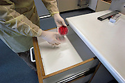 Nederland, Nijmegen, 22-9-2004..Na uitbraak van MRSA bacterie moet een hele i-c afdeling in het UMC Radboud ziekenhuis schoongemaakt en ontsmet worden. Om te controleren of de ontsmetting succesvol is worden kweekbakjes geplaatst. Ontsmettingsmiddel, ziekte, bakterie, infectie, infektie..Foto: Flip Franssen