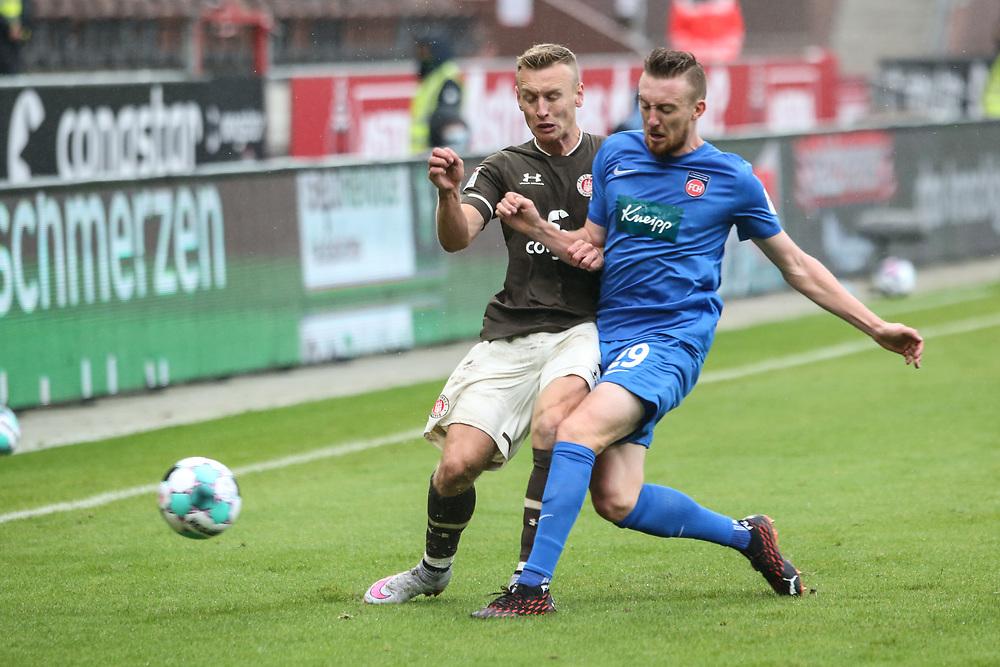 Fussball: 2. Bundesliga, FC St. Pauli - 1. FC Heidenheim, Hamburg, 27.09.2020<br /> Sebastian Ohlson (Pauli, l.) - Tobias Mohr (Heidenheim)<br /> © Torsten Helmke