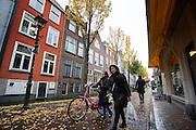 In Delft lopen voetgangers door de pittoreske binnenstad.<br /> <br /> In Delft people walk at the old city center.