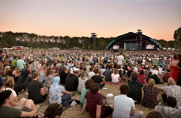 Nederland, Beuningen, Ewijk, 30-6-2018 Festival Down the Rabbit Hole , dtrh . Het is warm en komende dagen blijft het zomerse weer . Het hoofdpodium tijdens de show van David Byrne op de tweede avond .Foto: Flip Franssen