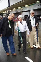 O presidente e CEO da Formula 1, Bernie Ecclestone (c), visita os boxes durante os treinos preparatórios para o Grande Prêmio do Brasil, em São Paulo em 06 de novembro de 2010. FOTO: Jefferson Bernardes/Preview.com