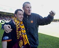 Fotball<br /> Skottland 2004/2005<br /> Foto: SBI/Digitalsport<br /> NORWAY ONLY<br /> <br /> Motherwell v Celtic<br /> <br /> Scottish Premier League, Fir Park, Motherwell<br /> <br /> Sunday 22/05/2005<br /> <br /> Scott McDonald gets a hug from manager Terry Butcher