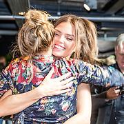 NLD/Amsterdam//20170413 - Presentatie Wendy Geeft met oa Kim Feenstra , Kim Feenstra omhelst Kimberly Klaver