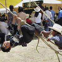 Jiquipilco, Méx.-Durante la toma de protesta de la nueva mesa directiva de la Asociacion de Ganaderos de Jiquipilco los niños se divierten lejos de ceremonias aburridas. Agencia MVT / HERNAN VAZQUEZ E. (DIGITAL).<br /> <br /> NO ARCHIVAR - NO ARCHIVE