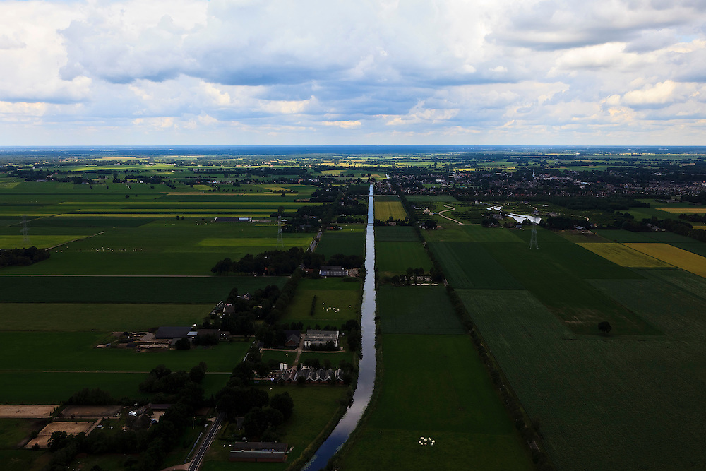 Nederland, Overijssel, Gemeente Hardenberg, 30-06-2011; Ommerkanaal gezien naar Dedemsvaart..View on the Ommerkanaal (canal) in the agricultural landscape..luchtfoto (toeslag), aerial photo (additional fee required).copyright foto/photo Siebe Swart