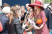 Koningin Maxima bij start Kansen Krijgen Kansen Pakken op het MBO Utrech.  Kansen Krijgen Kansen Pakken bestaat uit een documentaire drieluik (NTR),<br /> educatieve clips en landelijke activiteiten.<br /> <br /> Queen Maxima at start Opportunities Opportunities Suits Get the MBO Utrech. Opportunities Get opportunities Packs consist of a documentary trilogy (NTR)<br /> educational clips and rural activities.<br /> <br /> Op de foto/ On the photo:  Vertrek Koningin Maxima