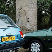 Geparkeerde auto ontnemen het zicht op het Verzetsmuseum bij het Gewestkantoor Huizen