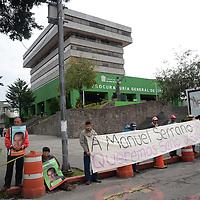 Toluca, México.- Integrantes del Movimiento Antorchista realizaron por segunda ocasión una cadena humana en las inmediaciones de la Procuraduría General del Estado de México  exigiendo se de con el paradero del señor Manuel Serrano, padre de su dirigente Maricela Serrano. Agencia MVT / Crisanta Espinosa