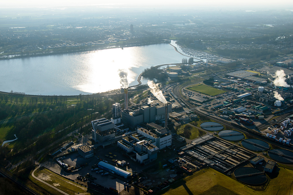 Nederland, Zuid-Holland, Dordrecht, 07-02-2018; Industriegebied Staart met HVC afvalcentrale. Op het tweede plan fabriekscomplex van chemiebedrijf Chemours Netherlands B.V. Productielocatie van fluorpolymeren (zoals teflon). Bij de productie wordt gebruikt gemaakt van GenX-technologie, uitstoot van chemie uit dit proces is belastend voor milieu.<br /> Chemours Netherlands B.V., production location of fluoropolymers (such as teflon). GenX technology is used in the production, and chemical emissions from this process are harmful to the environment.<br /> luchtfoto (toeslag op standard tarieven);<br /> aerial photo (additional fee required);<br /> copyright foto/photo Siebe Swar