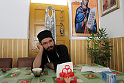 Dragos en 2011 au monastère de Sihia, Dragos a toujours été un enfant pieux et a réalisé son réalisé son rêve : celui de devenir moine orthodoxe. Au monastère de Sihia, il s'occupe en particulier de la cuisine. Aujourd'hui, Dragos vit toujours à SIhia. <br />