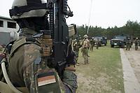 """03 APR 2012, LEHNIN/GERMANY:<br /> Vor Beginn einer Uebung, Kampfschwimmer der Bundeswehr trainieren """"an Land"""" infanteristische Kampf, hier Haeuserkampf- und Geiselbefreiungsszenarien auf einem Truppenuebungsplatz<br /> IMAGE: 20120403-01<br /> KEYWORDS: Marine, Bundesmarine, Soldat, Soldaten, Armee, Streitkraefte, Spezialkraefte, Spezialkräfte, Kommandoeinsatz, Übung, Uebung, Training, Spezialisierten Einsatzkraeften Marine, Waffentaucher"""