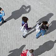 Nederland Rotterdam 23-09-2009 20090923 Serie over onderwijs,  openbare scholengemeenschap. Leerlingen lopen het schoolplein op,aanvang lessen.                                .Foto: David Rozing